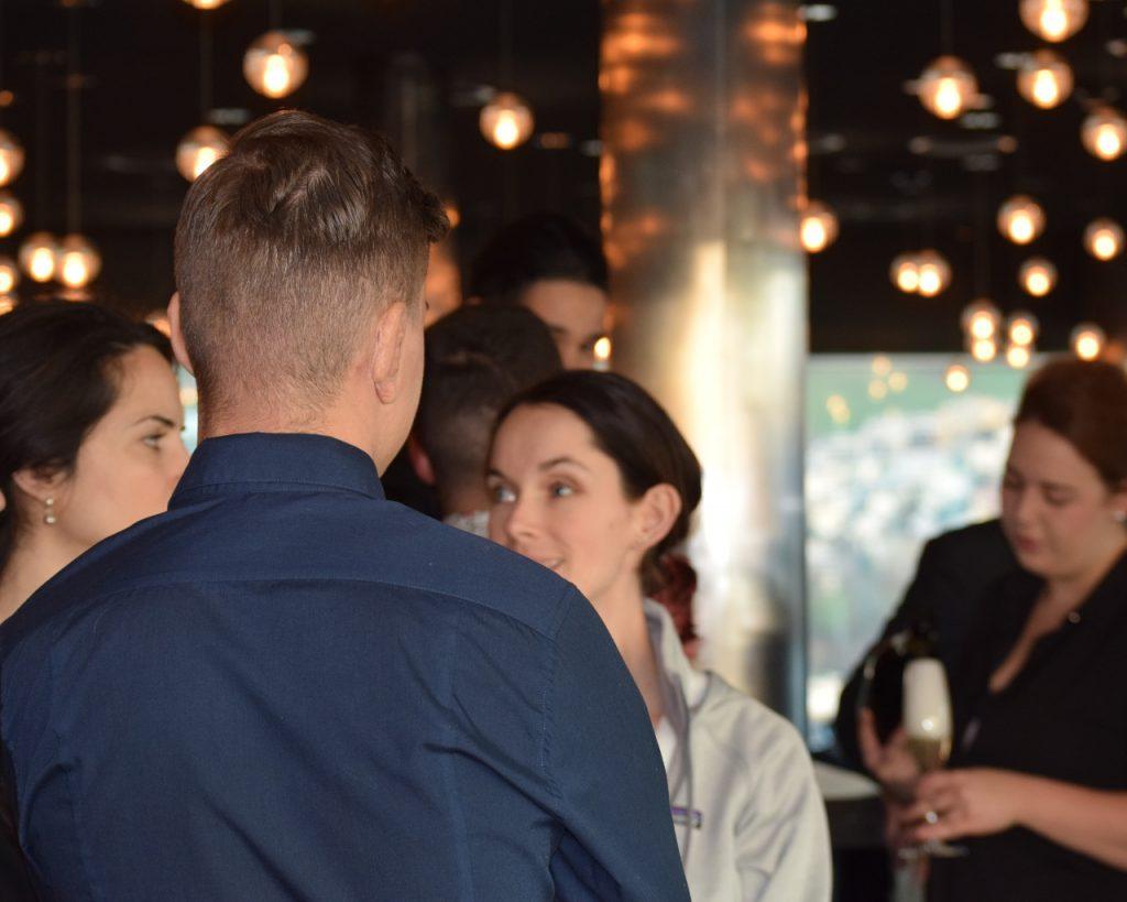 Teilnehmer im Austausch bei bei marcomsuisse Event mit Sandra Schwimbersky - BP Aral.