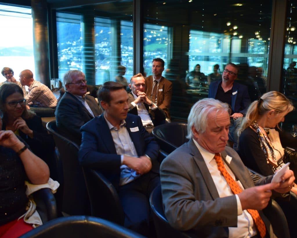 Interessierte Zughörer, angeregte Diskussion und viel Aktion.
